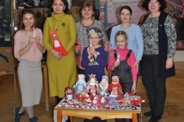 На занятии в «Краеведческой школе» дети  изготавливали  тряпичную куклу.