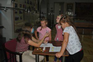В Пензенском краеведческом музее 4 августа для ребят из пришкольного лагеря был проведён квест «С мужеством воина через века»