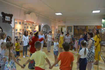 На третьем этапе снятия ограничений наконец-то открылись пришкольные лагеря, ребята из которых стали частыми посетителями краеведческого музея.