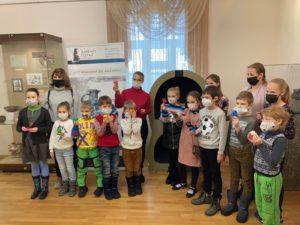 В Музее И.Н. Ульянова на выставке «От кубышки до амфоры. Тайны керамики» прошло детское занятие для юных исследователей и экспериментаторов с детской научной станции «ОРАНЖЕВЫЙ ТЕЛЕСКОП»
