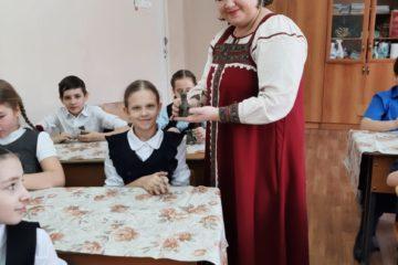 В преддверии Дня защитников Отечества Музей народного творчества проводит мастер — классы по плетению из лыка и изготовлению сувенира из глины