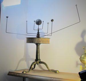 В нашем музее И.Н.Ульянова на экспозиции «И.Н.Ульянов и его пензенское окружение» есть модель оррери и модель зеркального телескопа