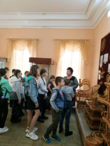 В музее народного творчества продолжаются экскурсии для школьников