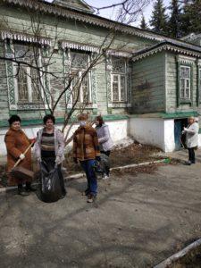 Сотрудники музея народного творчества приняли участие в общегородском субботнике по благоустройству прилегающей территории