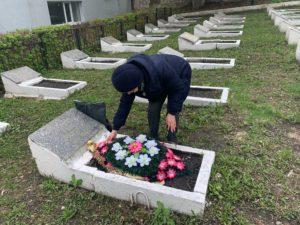 Сотрудники Пензенского краеведческого музей возложили венки на могилы погибшим воинам на Мироносицком кладбище Пензы
