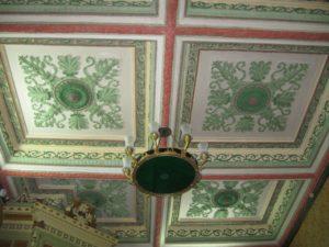 Принято считать, что кессоны – квадратные или прямоугольные углубления, украшающие потолки многих старинных зданий – обязаны своим возникновением выемкам между деревянными потолочными балками