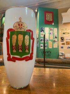 18 мая в честь Международного дня музеев Законодательное собрание Пензенской области в лице председателя Валерия Лидина преподнесло в дар Пензенскому краеведческому музею стеклянную вазу