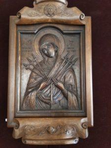 По мнению искусствоведов, истоки русской резной иконы следует искать в Византии – именно оттуда после принятия христианства привозили на Русь образки, вырезанные из поделочных камней, слоновой кости или редких пород древесины