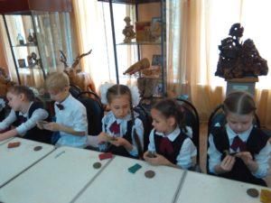 В музее народного творчества прошёл мастер-класс по изготовлению глиняной игрушки «Курочка по зёрнышку»