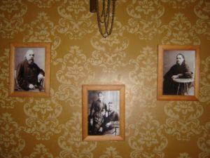 Осматривая экспозицию «Мемориальный кабинет владельца усадьбы С.Л. Тюрина», посетители Музея народного творчества обращают внимание на украшающие зал старинные фотографии