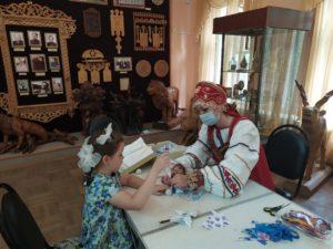 Музей народного творчества в рамках программы «Клуб выходного дня» знакомит участников мастер-класса с изготовлением традиционных народных кукол