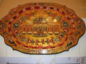 Один из залов Музея народного творчества украшает необычный экспонат – массивный овальный поднос, целиком вырезанный из дерева