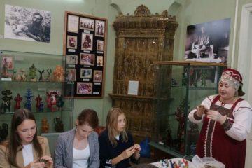 Сотрудники музея народного творчества провели мастер-класс по керамике для учащихся школы «Академия Ростум»