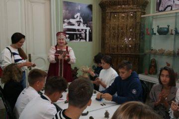Ученики 8 и 9 классов школы «Академия Ростум» приняли участие в мастер-классе по изготовлению глиняной игрушки