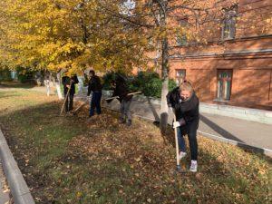 1 октября 2021 года сотрудники Пензенского краеведческого музея дружно вышли на субботник, чтобы провести уборку территории