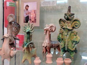 В Музее народного творчества экспонируются изделия мастера-керамиста Василия Анатольевича Кучер (1949-2014 гг.) — это игрушки-свистульки, скульптуры малых форм, декоративная утварь и гончарные изделия
